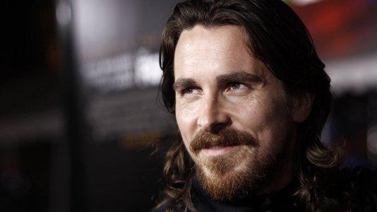 Christian Bale com grave lesão no joelho