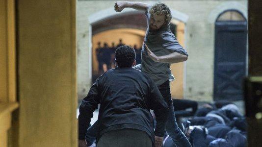 """Netflix anuncia data de estreia e revela o primeiro trailer da série """"Punho de Ferro"""""""