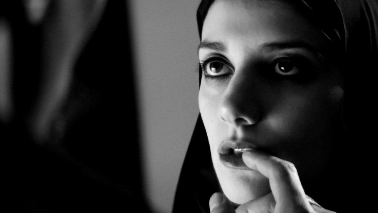 Uma Rapariga Regressa de Noite Sozinha a Casa / A Girl Walks Home Alone at Night (2014)