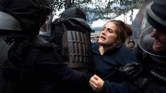 """Antifas e neonazis em luta no primeiro trailer de """"Und Morgen Die Ganze Welt"""""""