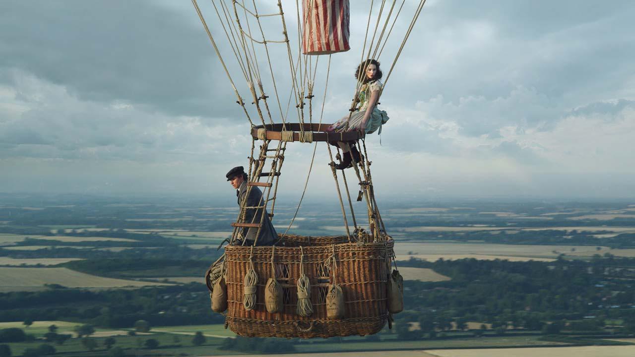 """Eddie Redmayne e Felicity Jones cruzam os ares no primeiro trailer de """"Os Aeronautas"""""""