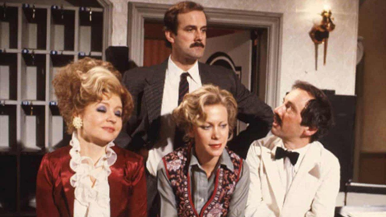 """Episódio da comédia """"Fawlty Towers"""" regressa à UKTV com explicações sobre insulto racista"""