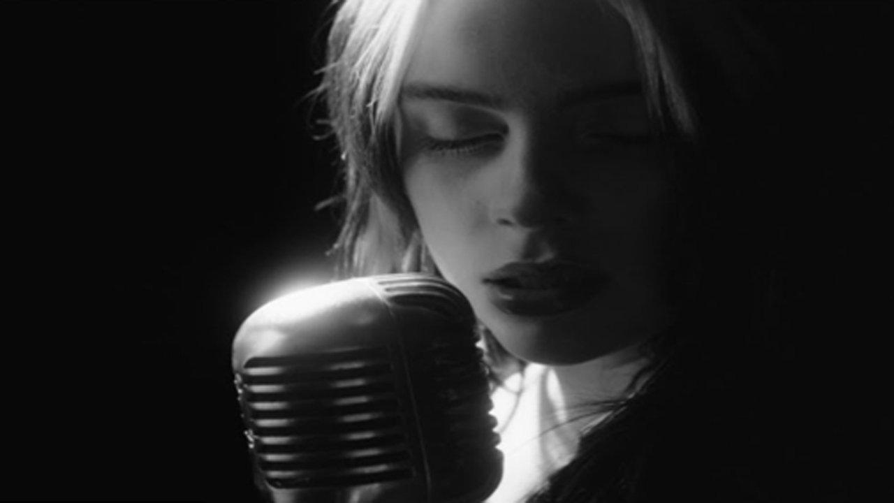 """Revelado o videoclip do tema oficial de """"007: Sem Tempo para Morrer"""" por Billie Eilish"""