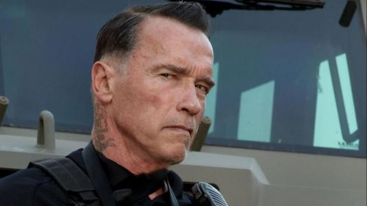 """Um corte de cabelo esquisito e muitas tatuagens para Schwarzenegger em """"Ten"""""""
