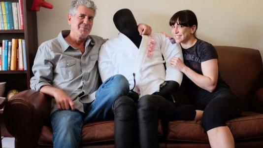 Mulher de Anthony Bourdain é estrela de programa sobre artes marciais