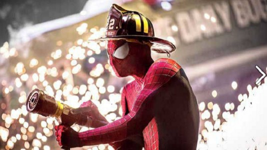 """Homem-Aranha bombeiro? Novas imagens de """"The Amazing Spider-Man 2"""""""