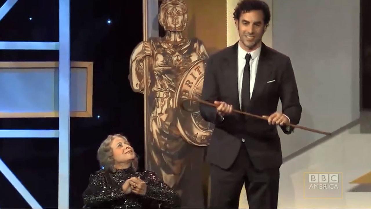 """Sacha Baron Cohen """"mata"""" apresentadora nos Britannia Awards (atualizado)"""