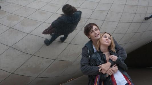 "Miley Cyrus e Douglas Booth em ""LOL"""