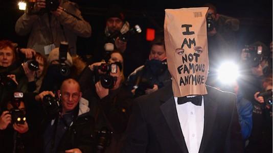 """Shia LaBeouf usa saco de papel na premiere de """"Ninfomaníaca"""" em Berlim"""