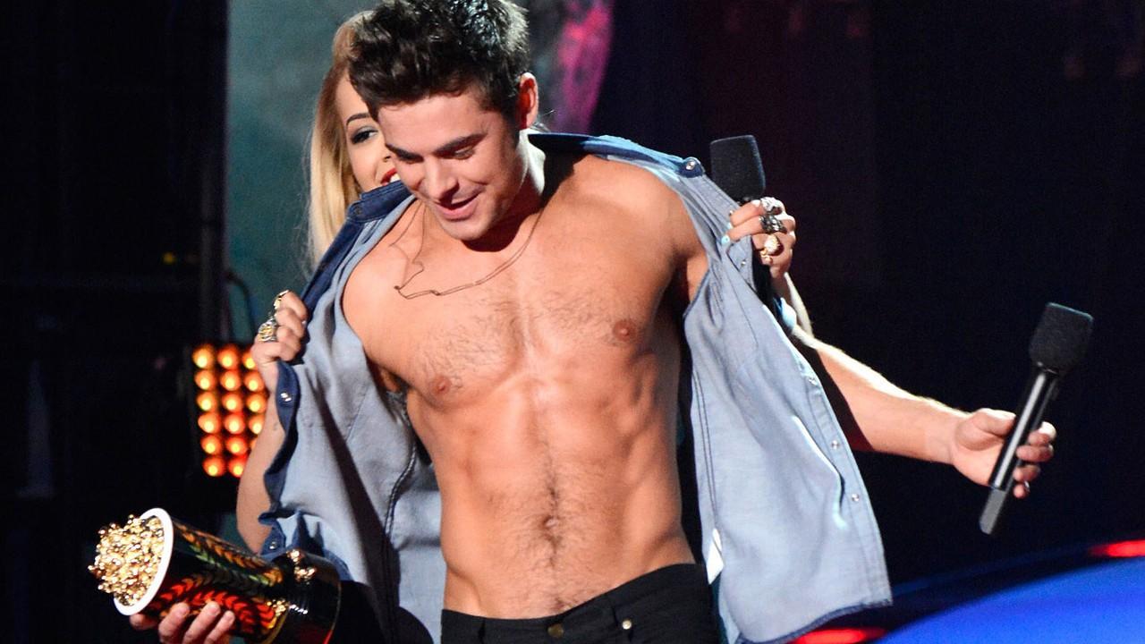 Zac Efron perde a camisa nos MTV Music Awards