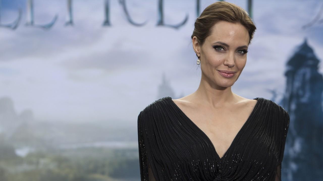 Angelina Jolie condecorada pela Rainha Elizabeth II