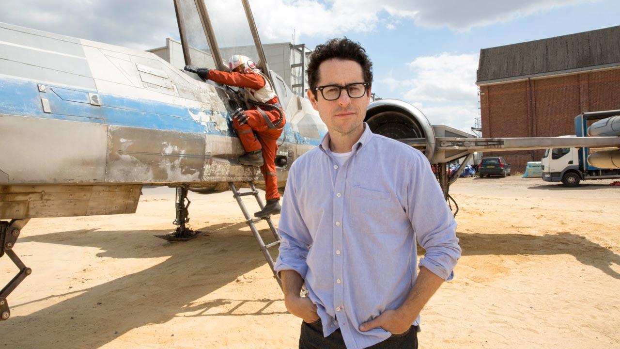 "J.J. Abrams fratura vértebra ao ajudar Harrison Ford durante as filmagens do novo ""Star Wars"""