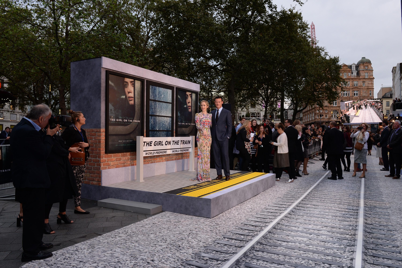 """Premiere """"A Rapariga do Comboio"""" 1/10: Emily Blunt e Luke Evans na réplica de uma estação de comboios criada para o evento."""