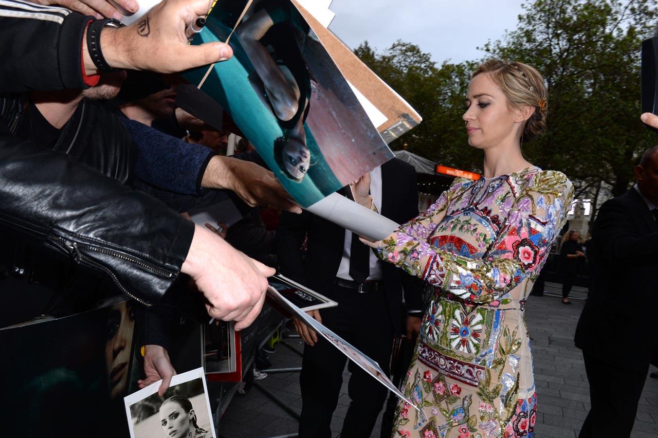 "Premiere ""A Rapariga do Comboio"" 2/10: Emily Blunt distribui autógrafos aos fãs."