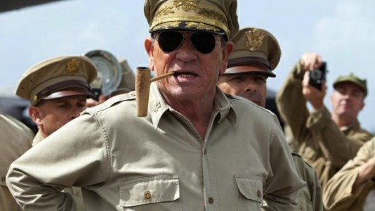 "Tommy Lee Jones é o General MacArthur em ""Emperor"""