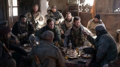 """Chris Hemsworth tenta arranjar aliados no Afeganistão em """"12 Strong"""" (veja o trailer)"""