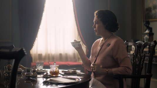 """""""The Crown"""": primeira imagem de Olivia Colman na pele da Rainha Elizabeth II"""