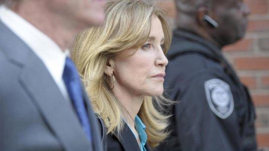 Atriz Felicity Huffman começa a cumprir pena de prisão