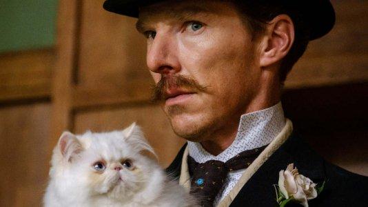 Benedict Cumberbatch arma-se de farfalhudo bigode e chapéu alto