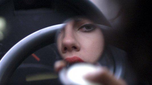 """O perturbador novo clip de """"Under the Skin"""" com Scarlett Johansson"""