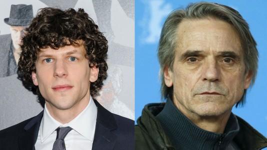 "Jesse Eisenberg e Jeremy Irons no filme ""Superman-Batman"""