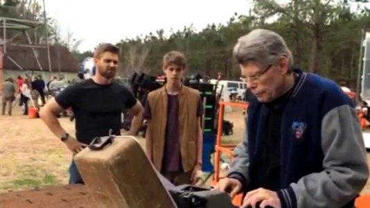 """""""Under the Dome"""": Stephen King usa a máquina de escrever para enviar um tweet"""
