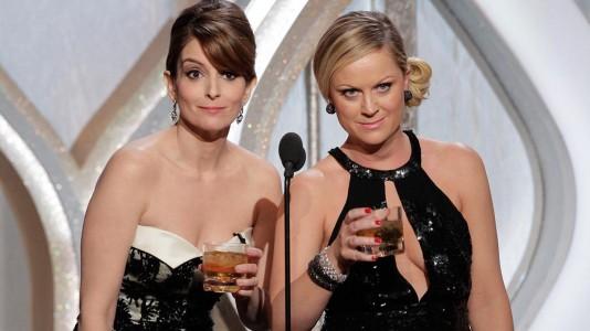 Tina Fey e Amy Poehler partilham segredos do guarda-roupa na primeira promo dos Globos de Ouro
