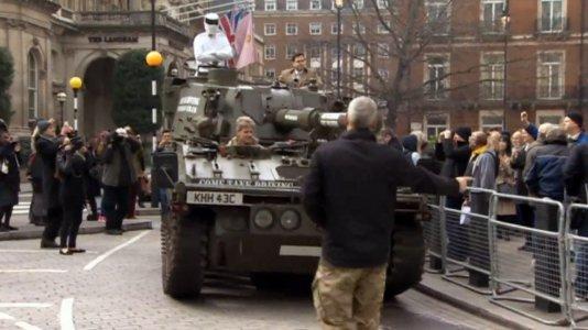 """Um milhão de assinaturas pelo regresso de Clarkson ao """"Top Gear"""" entregues num tanque de guerra"""