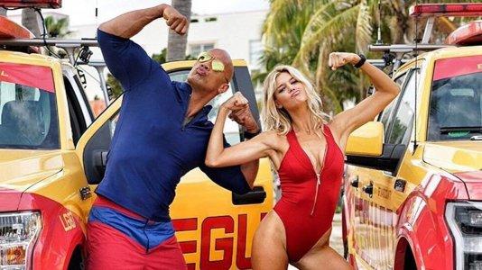 """Dwayne Johnson apresenta a atriz que substitui Pamela Anderson em """"Baywatch"""""""
