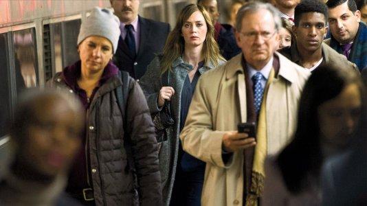 """Emily Blunt tem medo de si própria no novo trailer de """"A Rapariga no Comboio"""""""