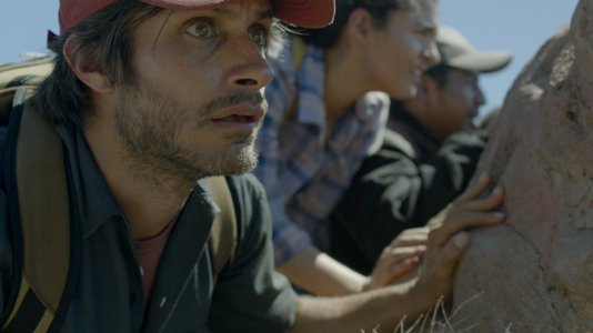 """Gael García Bernal perseguido pelo Negan de """"The Walking Dead"""" no trailer de """"Desierto"""""""