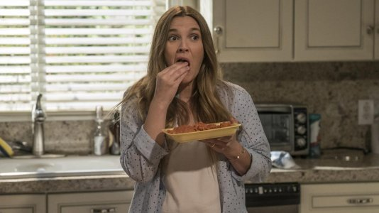 """Drew Barrymore sente desejos por carne humana nos primeiros trailers da comédia """"Santa Clarita Diet"""""""