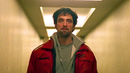 "De vampiro a bandido e de galã a estrela do cinema independente: Robert Pattinson no novo trailer de ""Good Time"""